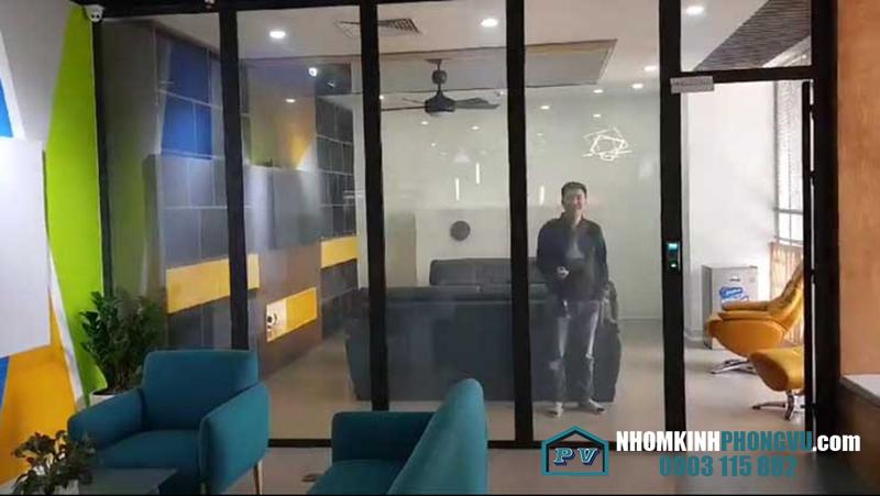 vách kính điện thông minh văn phòng