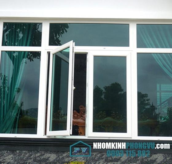 Mẫu cửa sổ kính cường lực mở quay 2 cánh màu trắng sứ
