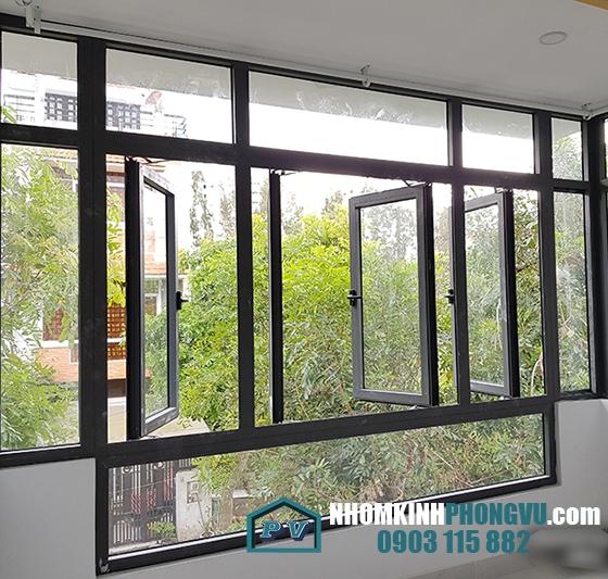Mẫu cửa sổ kính cường lực khung nhôm mở quay màu đen
