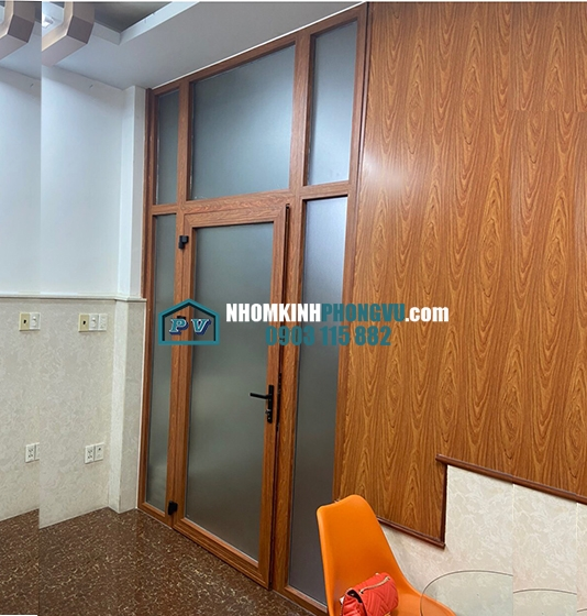 Làm cửa nhôm kính 1 cánh kết hợp vách nhôm kính màu vân gỗ rất sang trọng tại Bình Hưng Hòa, Bình Tân, TPHCM